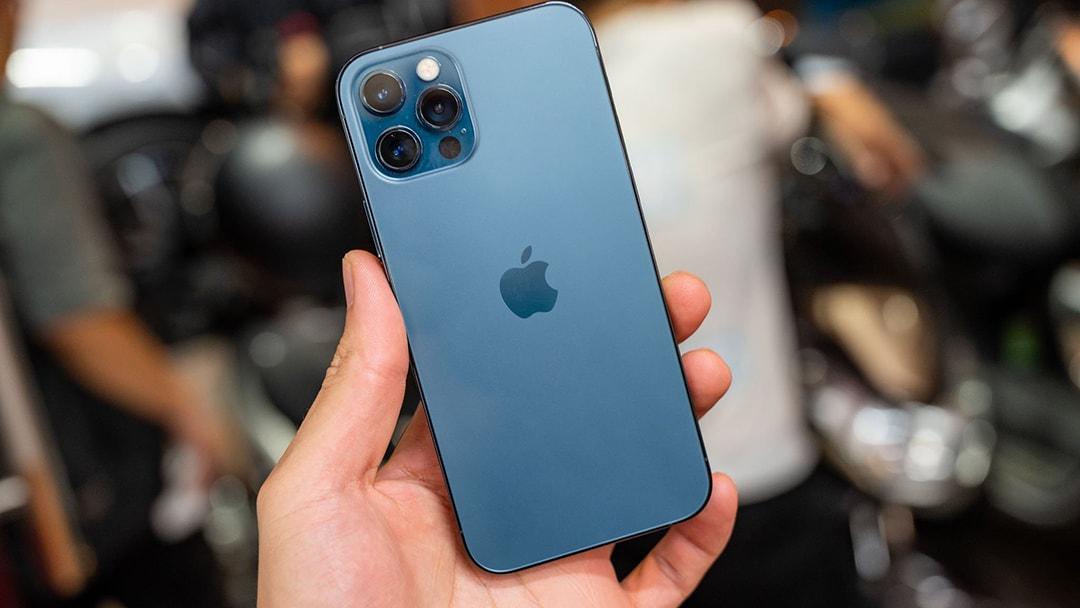 IPhone 12 pro khi cầm trên tay cảm giác vừa vặn không quá lớn